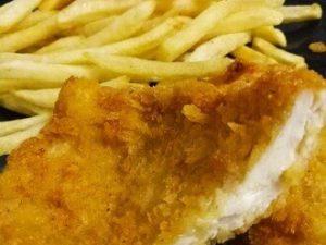 Жаренная куриная грудка в сухарях с картофелем фри