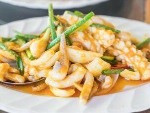 Жареные кальмары в чесночном, базиликовом или тамариндовом соусе с жаренным рисом по-тайски