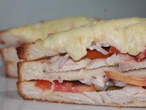 горячий сэндвич с курицей