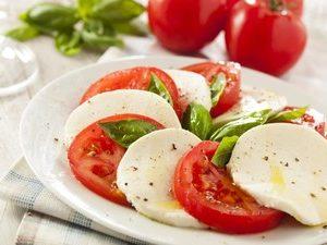 томаты и моцарелла