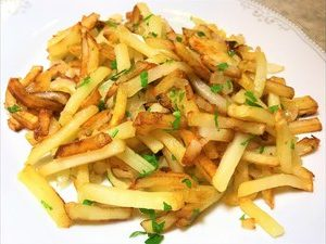 Жареный по-домашнему картофель с грибами и луком