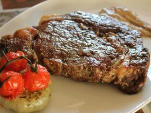Стейк из телячьей вырезки с томатами черри и мясным соусом