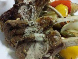 Жареное каре ягненка с овощами гриль и мясным соусом
