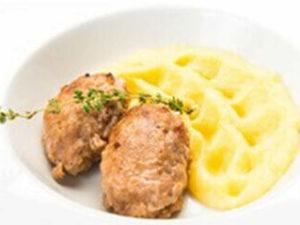 Куриная котлета с картофельным пюре и малосольными огурчиками