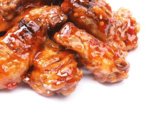 Куриные крылышки в соусе барбекю с картофелем фри