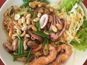 Пхад Тай с морепродуктами (жареная рисовая лапша)