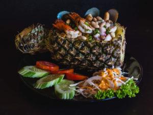 Жареный рис с морепродуктами в ананасе